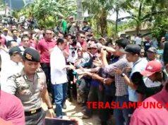 Presiden Jokowi menyalami warga di Desa Kunjir, Lampung Selatan, Rabu.2 Januari 2019.