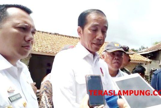Presiden Jokowi menjawab pertanyaan para wartawan terkait rencana rekonstruksi rumah korban tsunami Selat Sunda di Lampung Selatan, Rabu,2 Januari 2019.