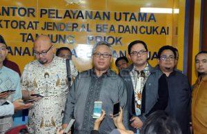 Komisioner KPU dan Pimpinan Bawaslu saat mendatangi kantor Bea Cukai di Pelabuhan Tanjung Priok Jakarta, Rabu (2/1) tengah malam. (Foto: Humas KPU)