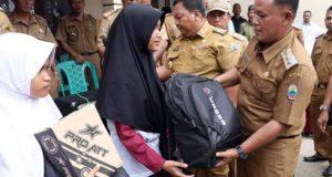 Plt Bupati Lampung Selatan, Naang Ermanto, menyerahkan bantuan peralatan sekolah kepada siswa SD di Desa Kunjir, Senin, 7 Januari 2019.