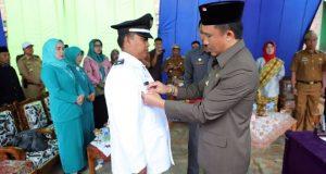 Bupati Lampung Barat Parosil Mabsus melantik peratin (kepala desa) terpilih Pekon (Desa) Sukajaya, Kecamatan Sumberjaya, Wiwin Wardoyo, Senin (7/1).