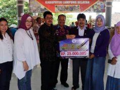 Penyerahan bantuan dari Perhimpunan Dokter Hewan Indonesia untuk korban tsunami Selat Sunda di Lampung Selatan, Jumat, 11 Januari 2019.