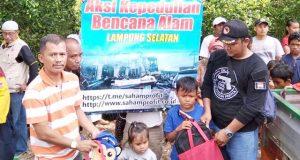 Kepala Desa Sidorejo, Tommy Yulianto (kiri) saat berikan bantuan peralatan sekolah lengkap kepada korban tsunami di pengungsian di Desa Way Muli Timur, Kecamatan Rajabasa.
