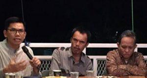"Ade Utami Ibnu (kiri), Udo Z.Karzi (tengah), dan Hardi Hamzah (kanan) pada acara bedah buku ""Rasionalitas Manusia"" karya Hardi Hamzah, Rabu, 16 Januari 2019."