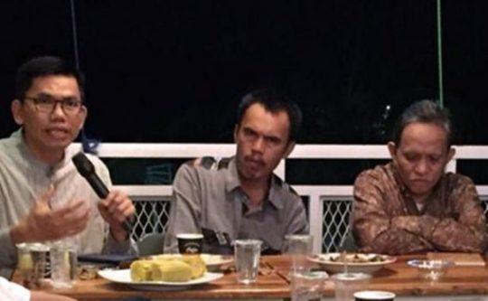 Ade Utami Ibnu (kiri), Udo Z.Karzi (tengah), dan Hardi Hamzah (kanan) pada acara bedah buku