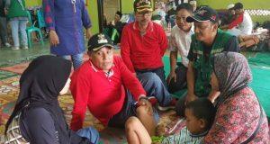 Plt. Bupati Lamsel, Nanang Ermanto saat menghibur dan menyemangati Repan di pos pengungsian Balai Desa Totoharjo, Selasa,1 Januari 2019.