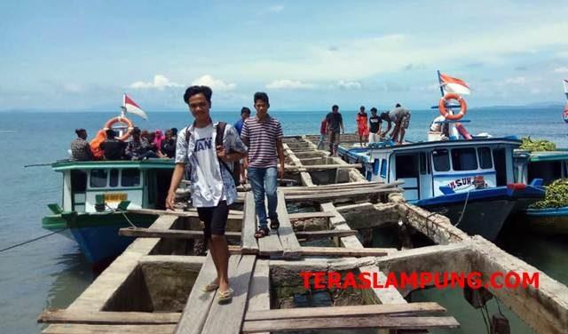 Warga Pulau Sebesi yang sempat mengungsi pasca-tsunami. hendak menyeberang dengan kapal ke rumahnya melalui Dermaga Canti, Kecamatan Rajabasa, Sabtu petang, 5 Januari 2019.