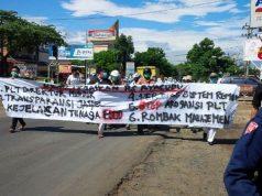 Para karyawan RSUR bergerak menuju kantor DPRD Lampung Utara, Kamis,3Januari 2019.