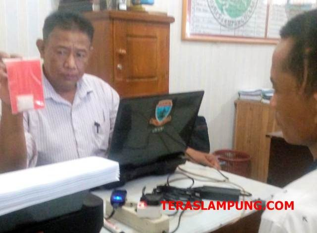Tersangka Zu saat menjalani pemeriksaan dari penyidik Polres Lampung Utara.