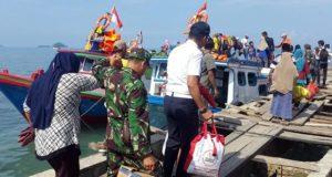 Pengungsi asal Pulau Sebesi pulang ke desanya melalui Dermaga Canti, Selasa, 8 Januari 2019.
