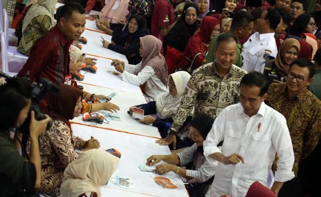 Mensos Agus Gumiwang Kartasasmita (kanan), mendampingi Presiden Joko Widodo memantau penyaluran perdana bansos PKH 2019 tahap I bagi warga se-Kecamatan Ciracas, di GOR Ciracas, Jakarta Timur, Kamis (10/1/2019). Foto : Humas Kemsos RI.