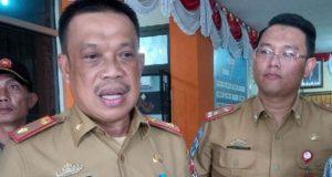 Sekkab Lampura, Sofyan didampingi Plt Direktur RSUR Kotabumi, Syah Indra Husada Lubis, memberikan keterangan kepada para wartawan tentang pengembalian jabatan 17 petinggi RSUD Ryacudu Kotabumi, Senin, 7 Januari 2019.
