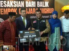 Ketua Majelis Nasional Turkistan Timur (Uighur), Seyit Tumturk (kiri) menyerahkan bantuan USD 20 ribu dolar melalui Aksi Cepat Tanggap untuk korban tsunami Selat Sunda, di kawasan Menteng, Jakarta Pusat, Sabtu, 12 Januari 2019. TEMPO/Rosseno Aji