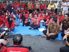 Nanang Ermanto berdialog dengan mantan karyawan PT SSB di halaman Kantor Pemkab Lampung Selatan, Kamis, 28 Februari 2019.