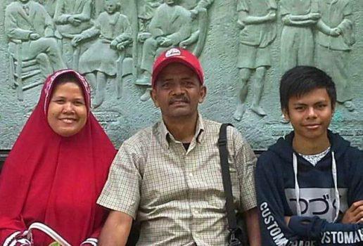 Penyair Sulaiman Juned bersama istri dan sang putra, Soeryadarma Isman.