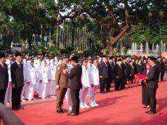 Gubernur DKI Jakarta Anies Baswedan menyematkan tanda jabatan baru untuk pejabat eselon III - I di lapangan Balai Kota, Jakarta Pusat, Senin, 25 Februari 2019. TEMPO/M Julnis Firmansyah