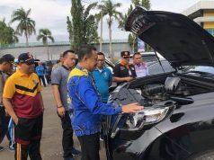 Pj Sekkab Lampura, Sofyan memeriksa salah satu kendaraan dinas, Jumat, 15 Februari 2019.