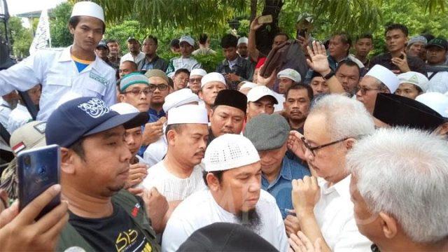 Slamet Maarif mendatangi Polresta Surakarta untuk hadir dalam pemeriksaan terkait dugaan pelanggaran kampanye. Dia didampingi sejumlah tokoh dan pendukung PA 212. TEMPO/Ahmad Rafiq