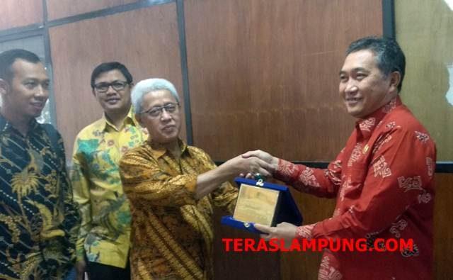 Anggota DPRD Kota Cilegon, Banten Komisi III Saibudin Sibli menyerahkan cindera mata kepada Sekda Kota Bandarlampung Badri Tamam, Kamis, 14 Maret 2019.