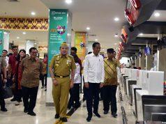 residen Jokowi didampingi Menhub, Seskab, dan Gubernur Lampung meninjau Terminal Baru Bandara Radin Inten II, di Bandar Lampung, Lampung, Jumat (8/3) pagi.