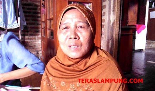 Megawati (57), warga Dusun I, Desa Kota Dalam, Kecamatan Sidomulyo, Lampung Selatan pengrajin kipas mahligai khas adat Lampung.