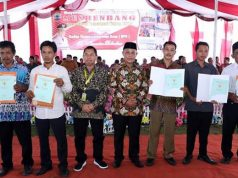 Plt Bupati ampung Selatan, Nanang Ermanto (tengah),bersama warga penerima sertifikat tanah di Kecamatan Bakauheni.