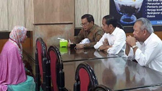 Jokowi Bertemu Perempuan yang Menerobos Paspampres dan Pingsan di Acara Peresmian Jalan Tol