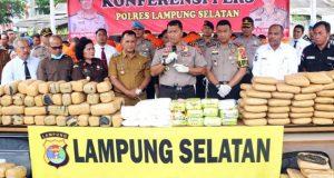 Kapolda Lampung saat memimpin ekspos kasus narkoba dan pemusnahan barang bukti pengiriman narkoba, di Mapolres Lampung Selatan, Selasa, 12 Maret 2019.