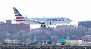 Pesawat Boeing 737 Max 8 milik American Airlines terbang dari Miami menuju New York City siap mendarat di bandara LaGuardia, New York, 12 Maret 2019.