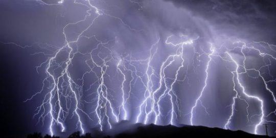 Hindari Sambaran Petir, Jangan Menelepon Saat Cuaca Buruk