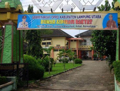 Spanduk Janggal di Gerbang Kantor DPRD Lampung Utara