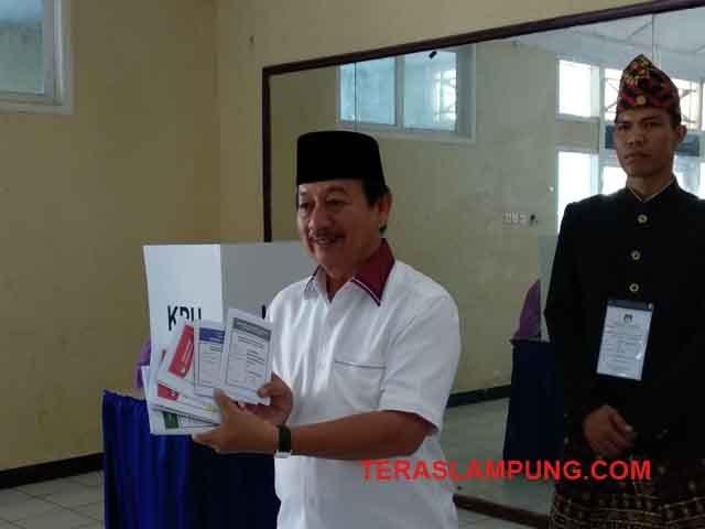 Herman HN Mencoblos di TPS 11 Kelurahan Palapa