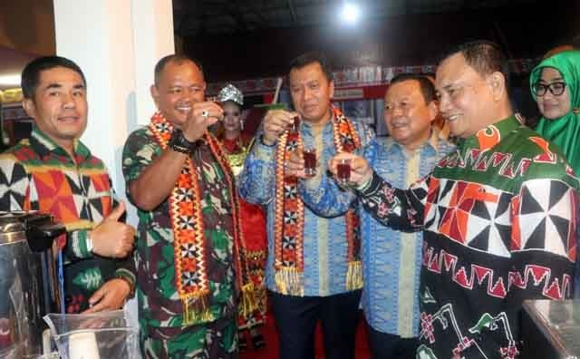 Wakil Bupati Lampung Barat Mad Hasnurin (kanan) pada acara peresmian anjungan Lampung Barat di arena Lampung Fair di PKOR Way Halim, Jumat malam (19/4/2019).