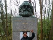 Saya di makam Karl Marx di Highgate Cemetery, Swains Lane, London. (Foto: Istimewa/Oki Hajiansyah Wahab)