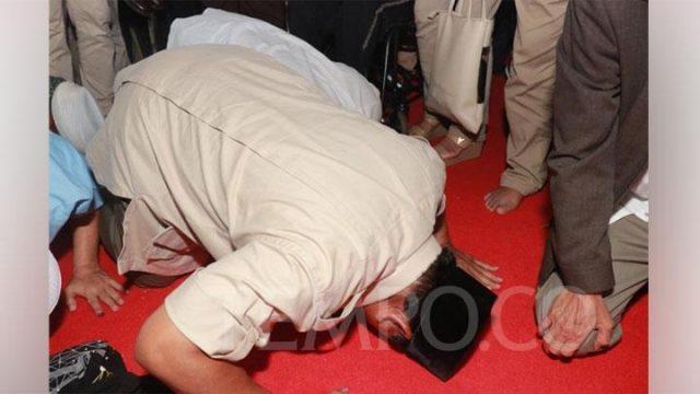 Calon presiden nomor urut 02, Prabowo Subianto bersujud syukur di depan pendukungnya di kediamannya di Kertanegara IV, Jakarta, Rabu, 17 April 2019. Sujud syukur ini dilakukan seusai melontarkan pidato tentang klaim kemenangannya di Pilpres 2019. TEMPO/Melgi Anggia