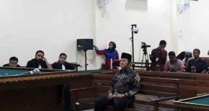 Bupati Lampung Selatan nonaktif, Zainudin Hasan, mendengarkan putusan majelis hakim di Pengadilan Tipikor Tanjungkarang, Kamis sore (25/4/2019).