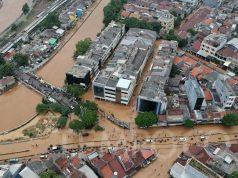 Foto udara saat pengendara menerobos banjir akibat luapan Sungai Ciliwung di Jalan Jatinegara, Kampung Melayu, Jakarta, Jumat 26 April 2019. Banjir itu terjadi sejak Jumat pagi akibat tingginya intensitas hujan di Wilayah Bogor dan sekitarnya. TEMPO / Hilman Fathurrahman W