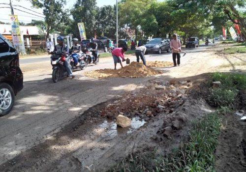 Rusak Makin Parah karena Jalan Tol, Mukhlis Basri Ajak Warga Perbaiki Jl. Ryacudu