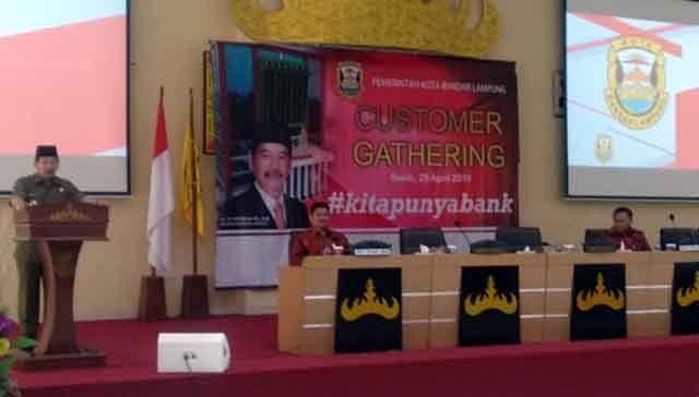 Walikota Herman HN memberikan sambutan di acara customer gathering, Senin (29/4) di gedung Semergou, di lingkungan Kantor Pemkot Bandarlampung