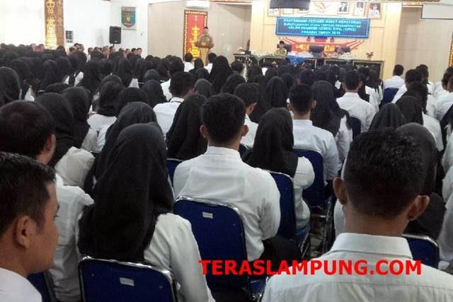 Ratusan CPNS Lampung Utara menerima SK pengangkatan sebagai CPNS. Dengan SK ini CPNS akan menerima gaji 80 persen hingga mereka diangkat menjadi PNS.