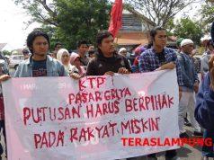 Unjuk rasa eks-warga Pasar Griya Sukarame, Bandarlampung, di depan Pengadilan Negeri Tanjungkarang, Selasa (9/4/2019).