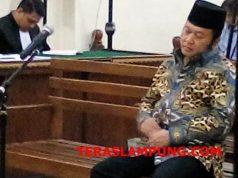 Bupati Lampung Selatan nonaktif Zainudin Hasan mendengarkan tuntutan JPU KPK di pengadilan Tipikor PN Tanjungkarang, Senin, 1 April 2019.
