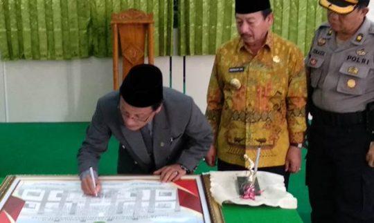 Ketua Pengadilan Agama Tanjungkarang Ediwarman menandatangani Pencanangan Pembangunan Zona Inegritas dan Menuju wilayah bebas dari korupsi (WBK) dan wilayah birokrasi bersih dan melayani (WBBM).