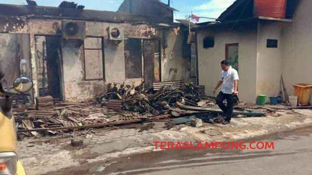 Bangunan Mapolres Lampung Selatan luluh lantak setelah dilalap si jago merah, Kamis siang (2/5/2019).