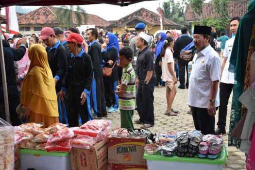 Pantau Pasar Murah, Walikota Herman HN Bagikan Minyak dan Gula