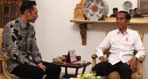 Presiden Joko Widodo (kanan) menerima kunjungan Komandan Komando Satuan Tugas Bersama (Kogasma) Partai Demokrat Agus Harimurti Yudhoyono (AHY) di Istana Negara, Jakarta, Kamis 2 Mei 2019. ANTARA FOTO/Wahyu Putro A