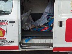 Polisi bersama pihak yang membawa ambulans Partai Gerindra yang menyimpan batu dalam aksi ricuh di Tanah Abang pada Rabu dini hari 22 Mei 2019. Dokumen Humas Polda Metro Jaya