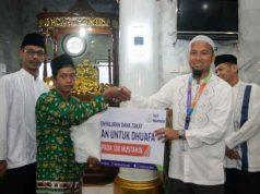Suasana pemberian zakat dari Baitulmaal Muamalat bentukan Bank Muamalat Indonesia