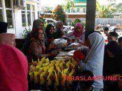 Suasana pasar murah di Kecamatan Sukarame, Jumat, 10 Mei 2019.