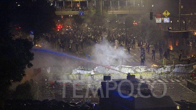 Water canon dikerahkan untuk mengurai kerusuhan dalam Aksi 22 Mei di depan Gedung Bawaslu, Jakarta, Rabu 22 Mei 2019. TEMPO/Subekti.